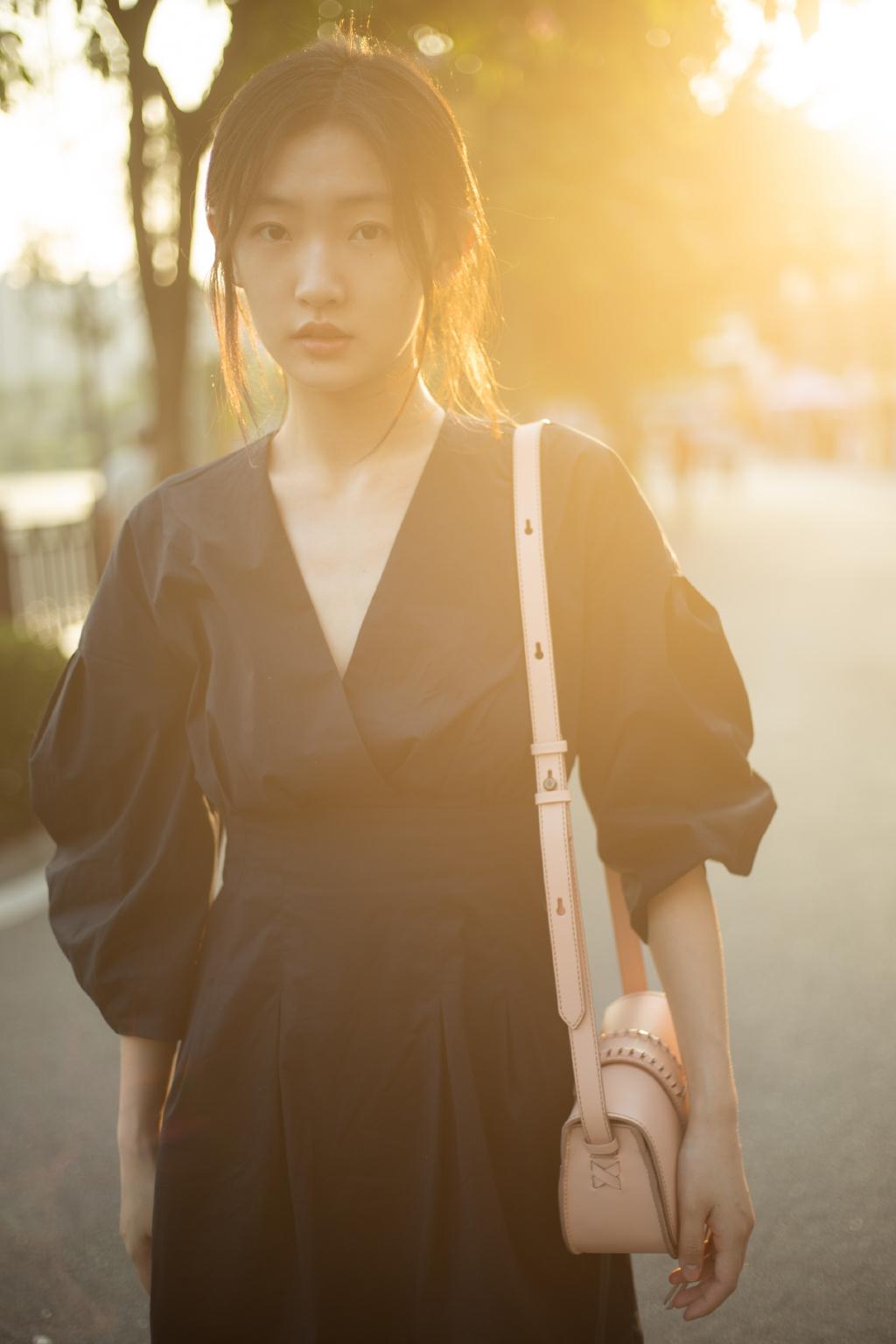 周依然黑裙少女甜美写真