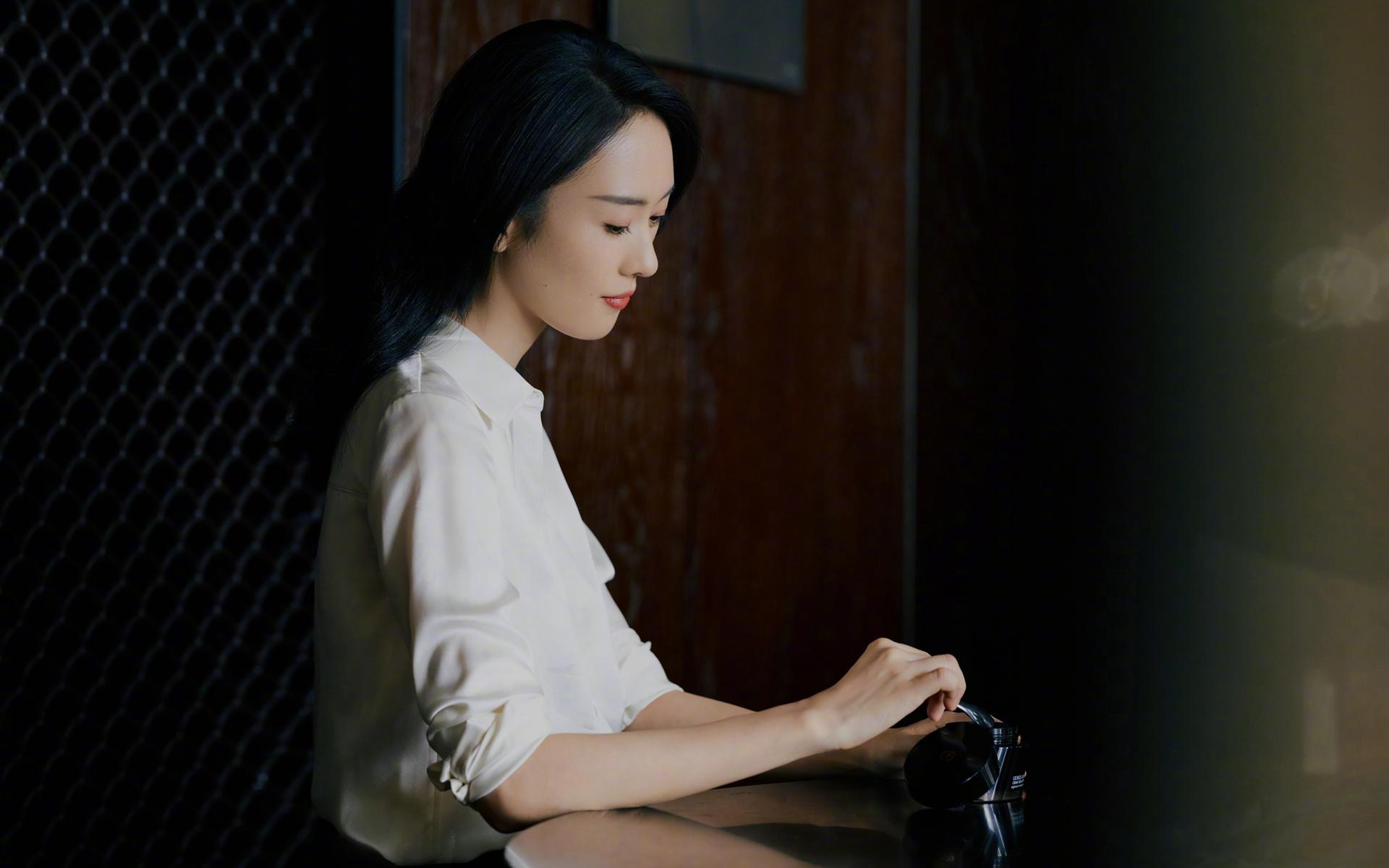童瑶白衫优雅唯美桌面壁纸