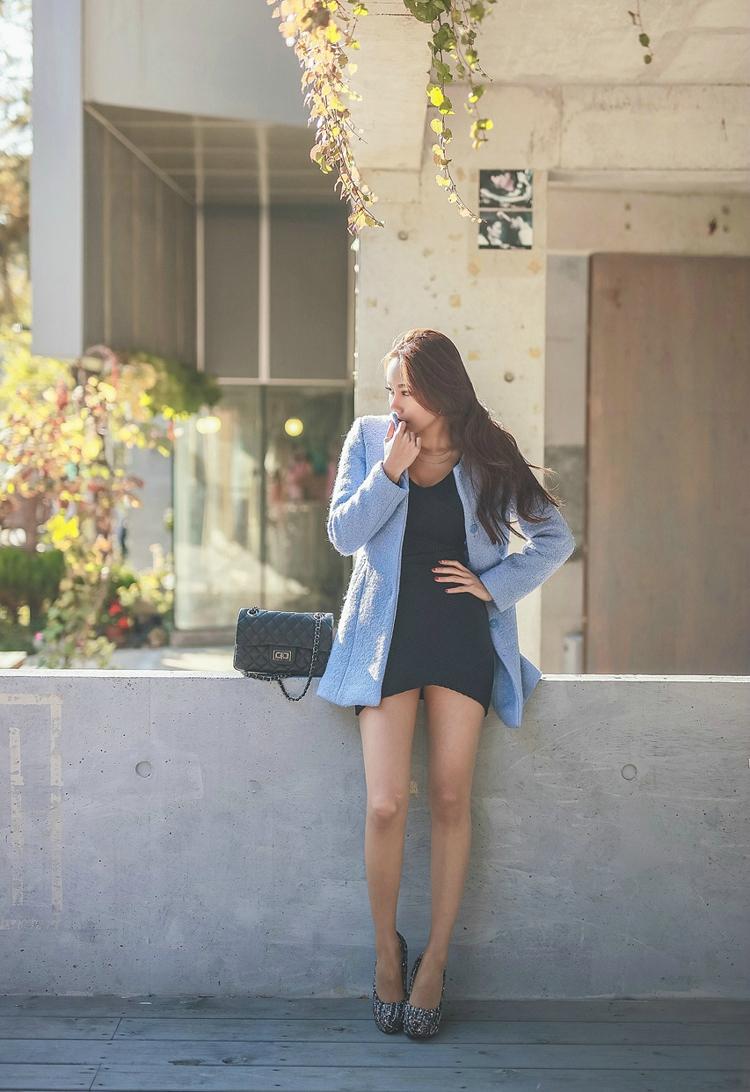 大长腿美女蓝色包臀裙户外大胆摄影写真