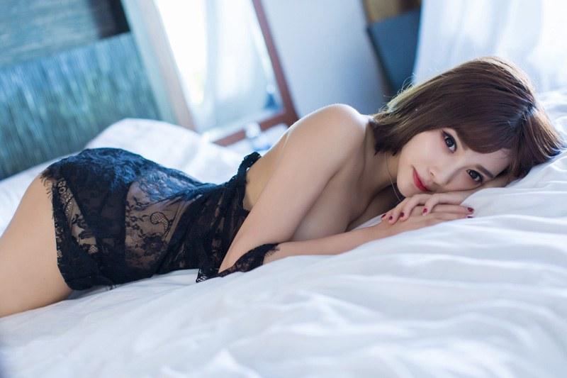甜美女神杨晨晨开背毛衣性感动人