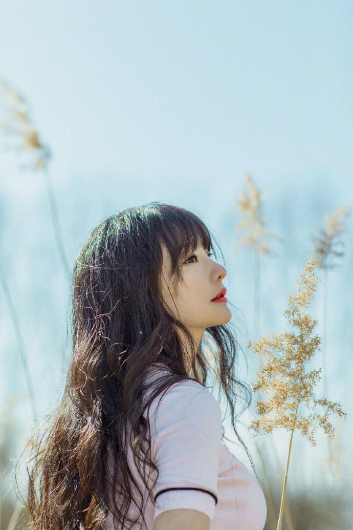 柳岩白皙性感田园写真