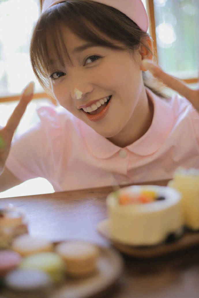 金莎粉色护士装俏皮可爱写真