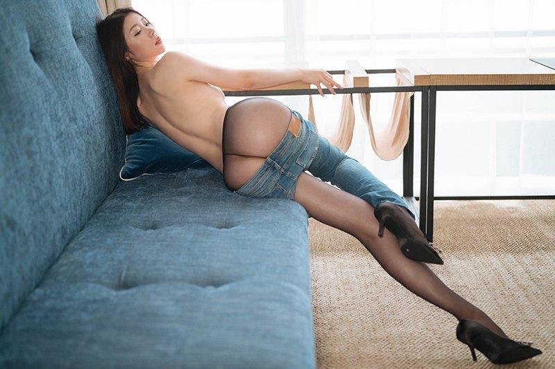 气质女神梦心月紧身牛仔丝袜美足