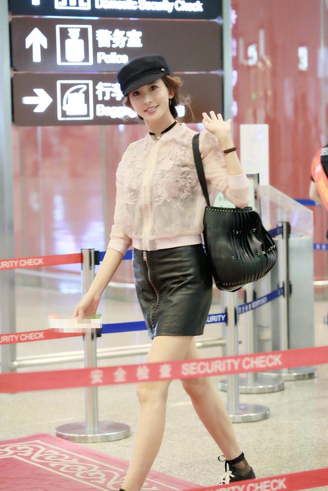 林志玲粉装短裙机场写真