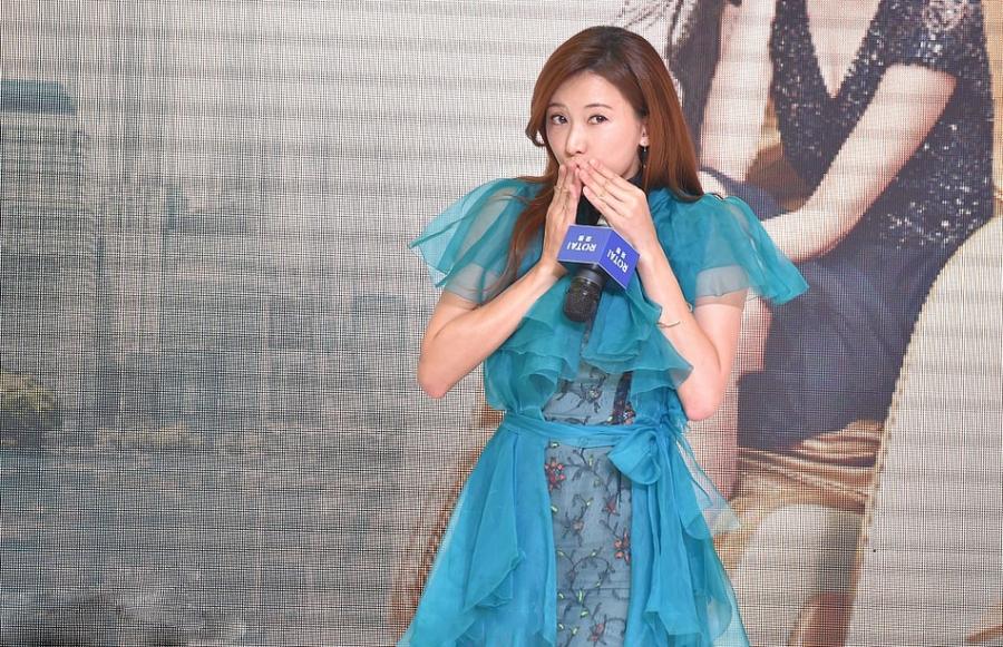 林志玲蓝色连衣裙出席某活动大秀美腿