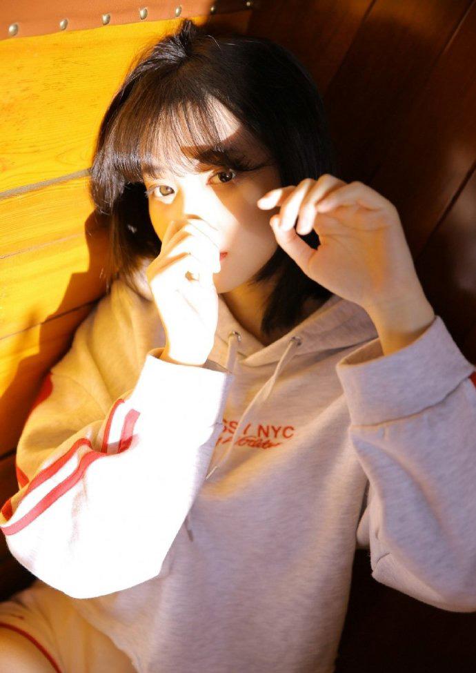俏皮可爱短发美少女身材苗条纤细写真