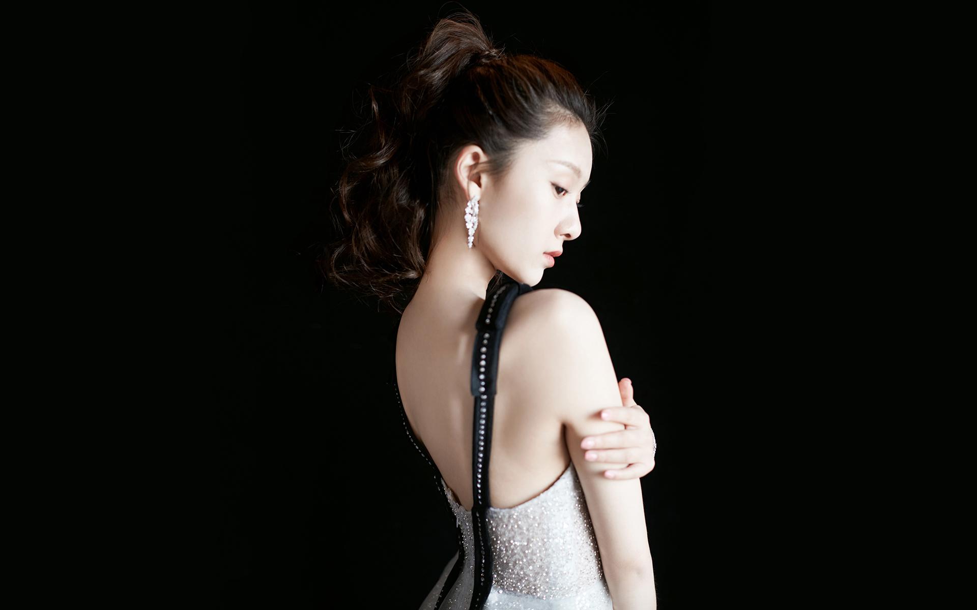 王子璇性感银色纱裙桌面壁纸