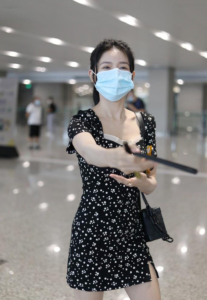 蔡卓宜单马尾连衣裙纤细长腿机场照图片