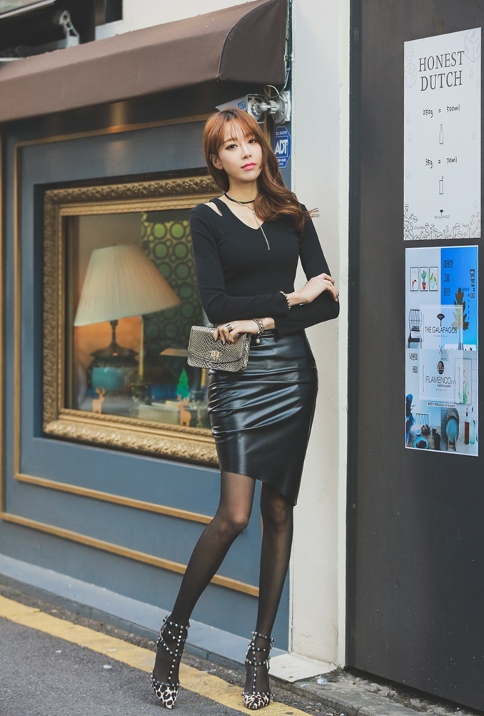 长腿美女模特黑丝美腿户外时尚街拍图片