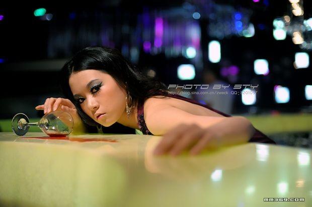 酒吧主题人像摄影《朵朵巴巴》