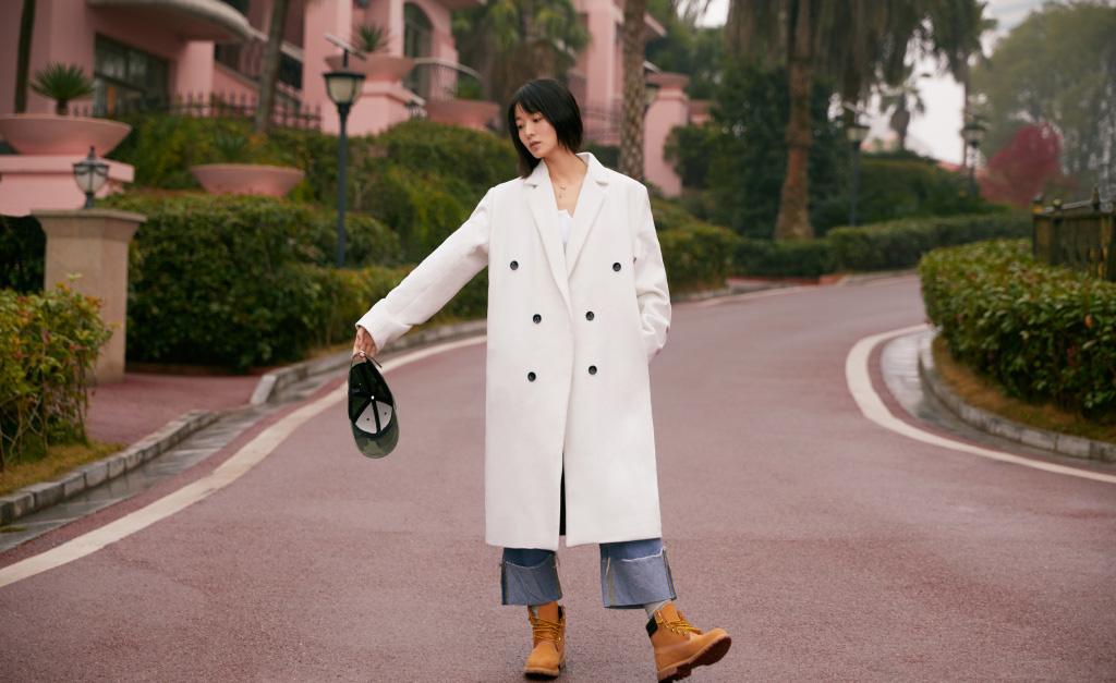 王佳宇白色风衣街拍写真